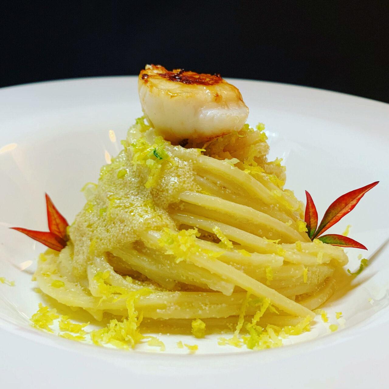 Spaghetti con uova di pesce, capesante scottate e limone