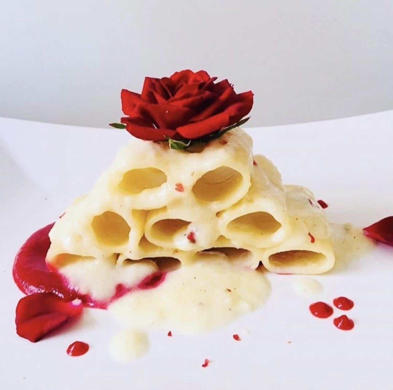 Mezze maniche su salsa alla barbabietola rossa leggermente piccante e fonduta di taleggio al pepe rosa