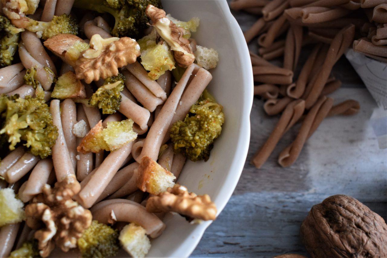 Treccia al farro con broccoli, pane tostato e noci