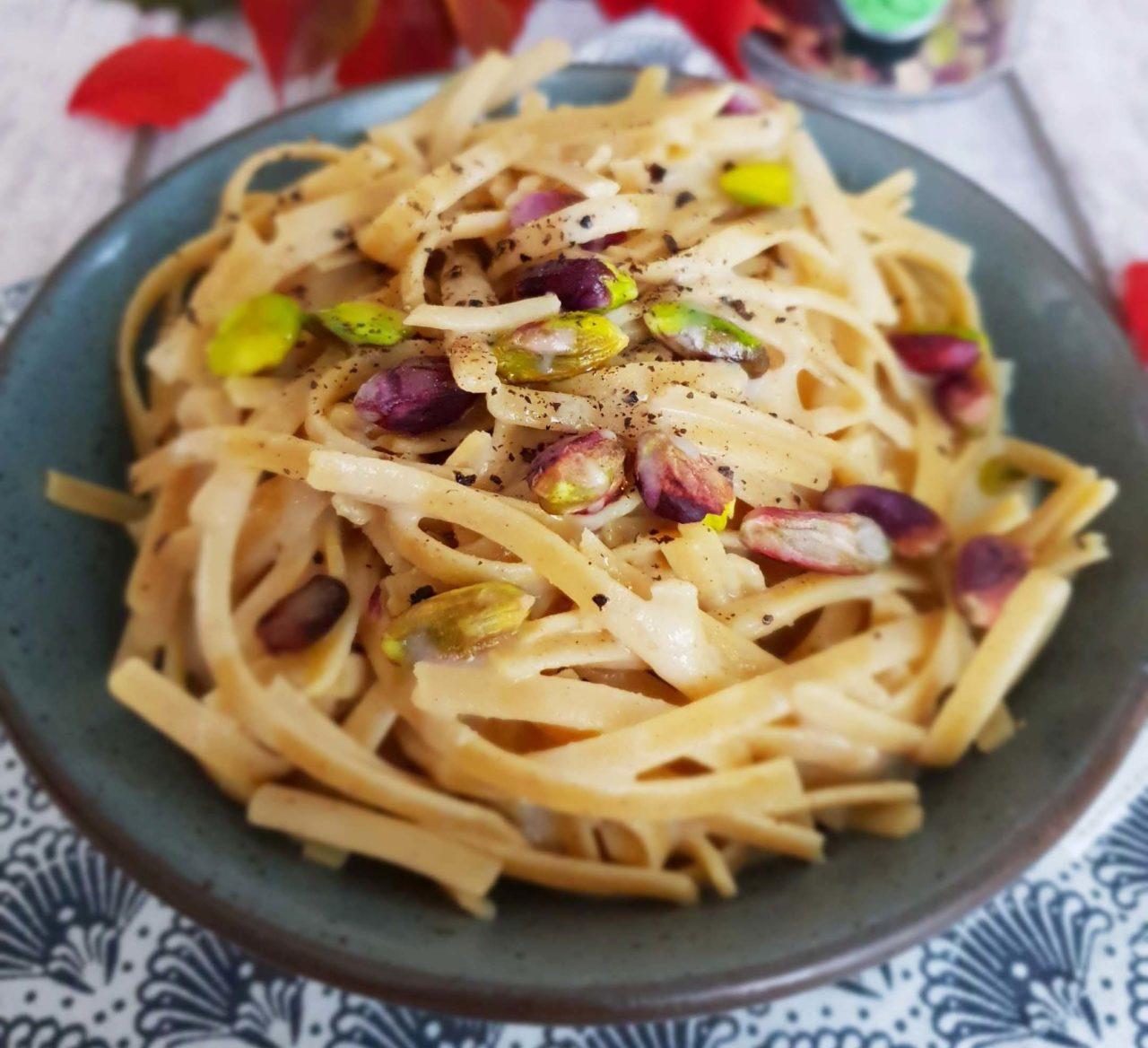 Linguine ai legumi cacio, pepe e pistacchi