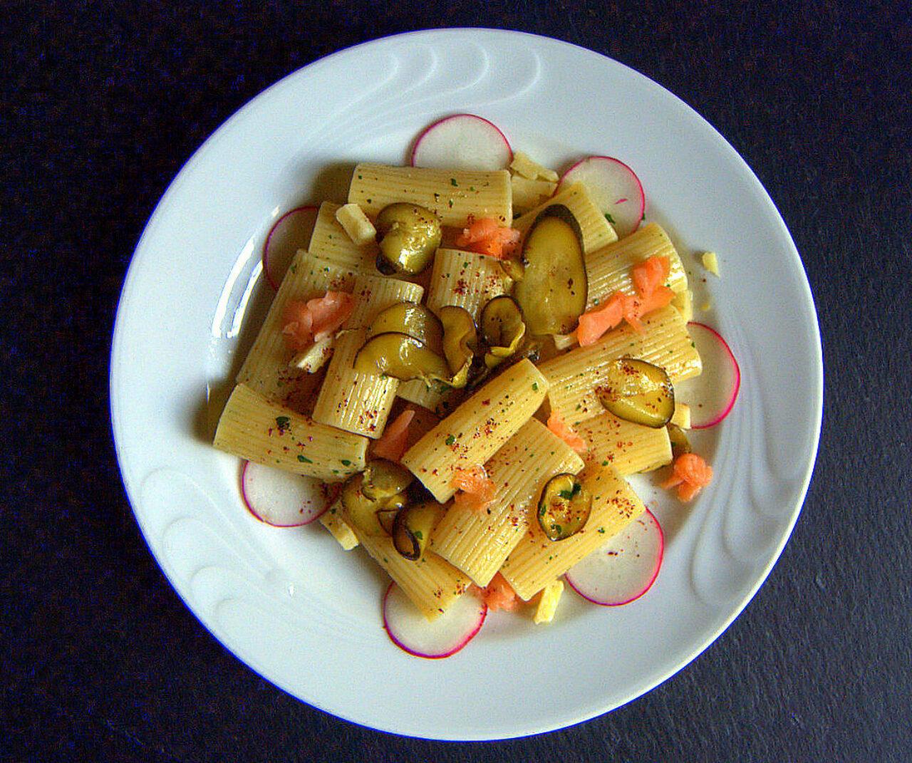 Rigatone con zucchine sott'olio, salmone e sommacco