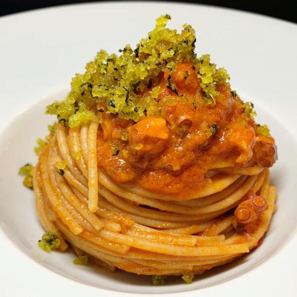 Spaghetti integrali con ragù di polpo e pane aromatizzato al finocchietto
