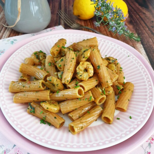 Tortiglione integrale bio con pesto di coste e pomodorini secchi, gamberi e limone