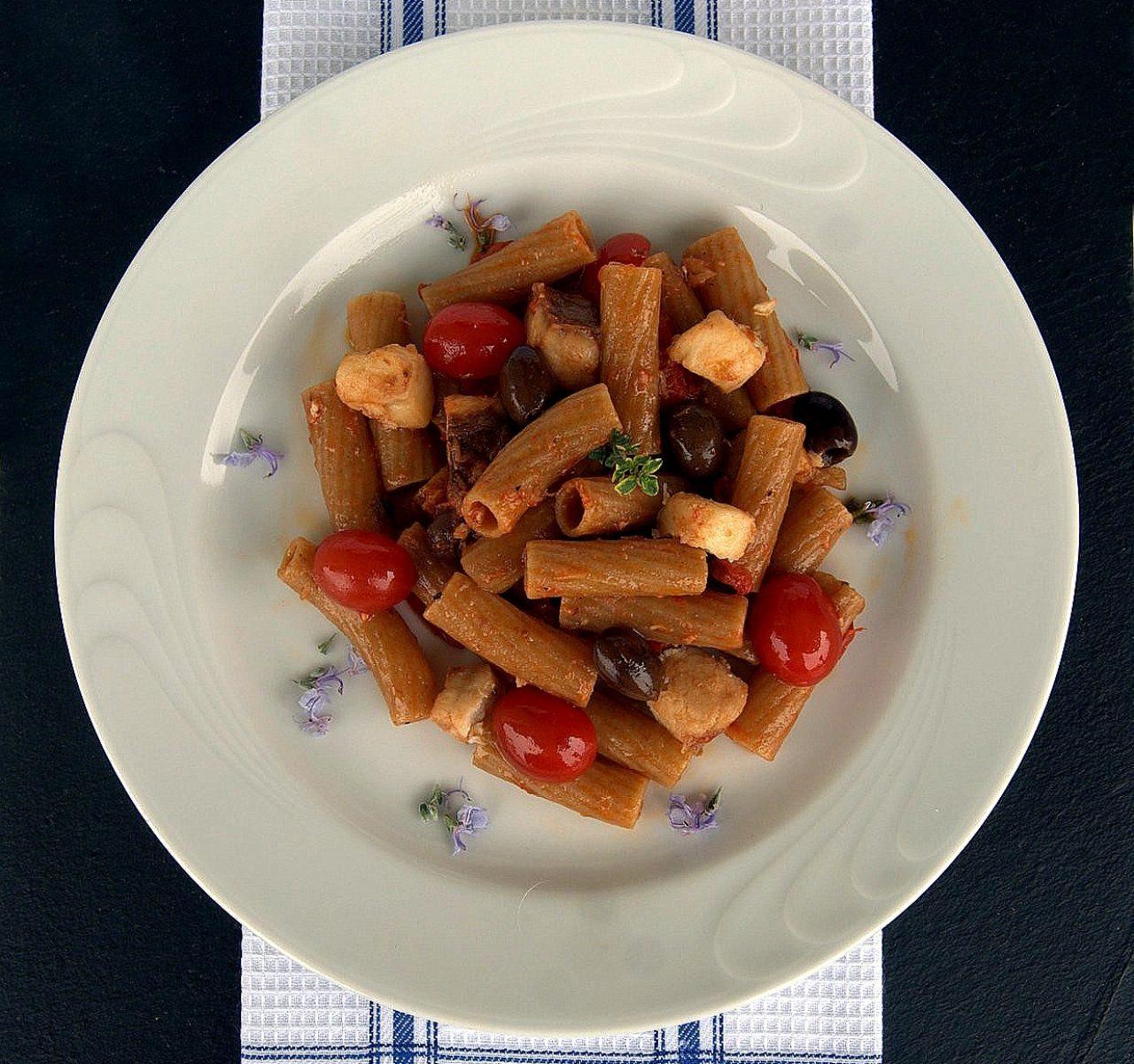 Tortiglione integrale bio con verdesca, olive e datterini