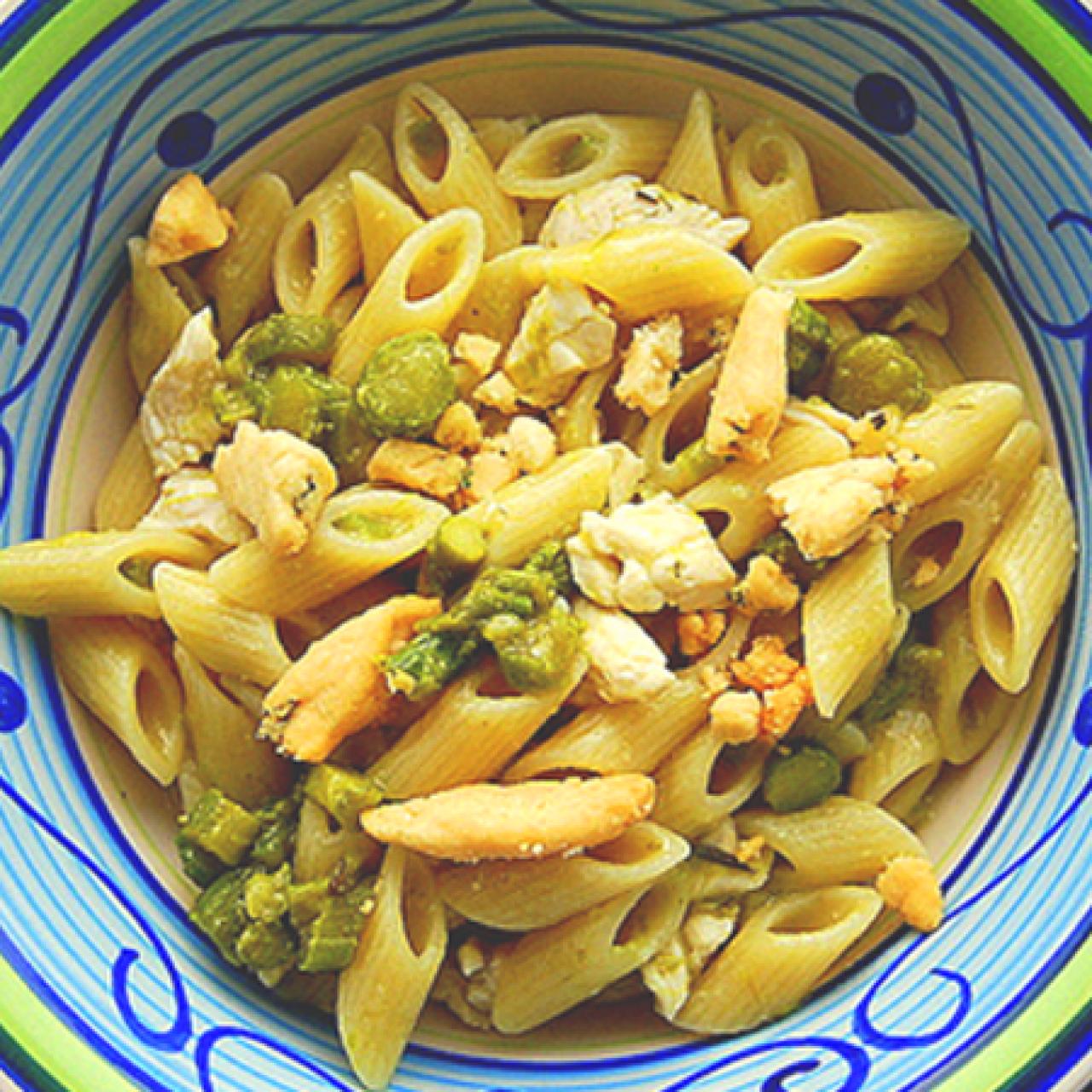 Pennetta con asparagi, pollo allo yogurt e crumble di parmigiano