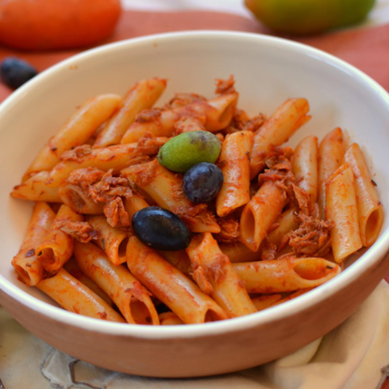 Zite allo sgombro con crema di peperoncino e olive fresche