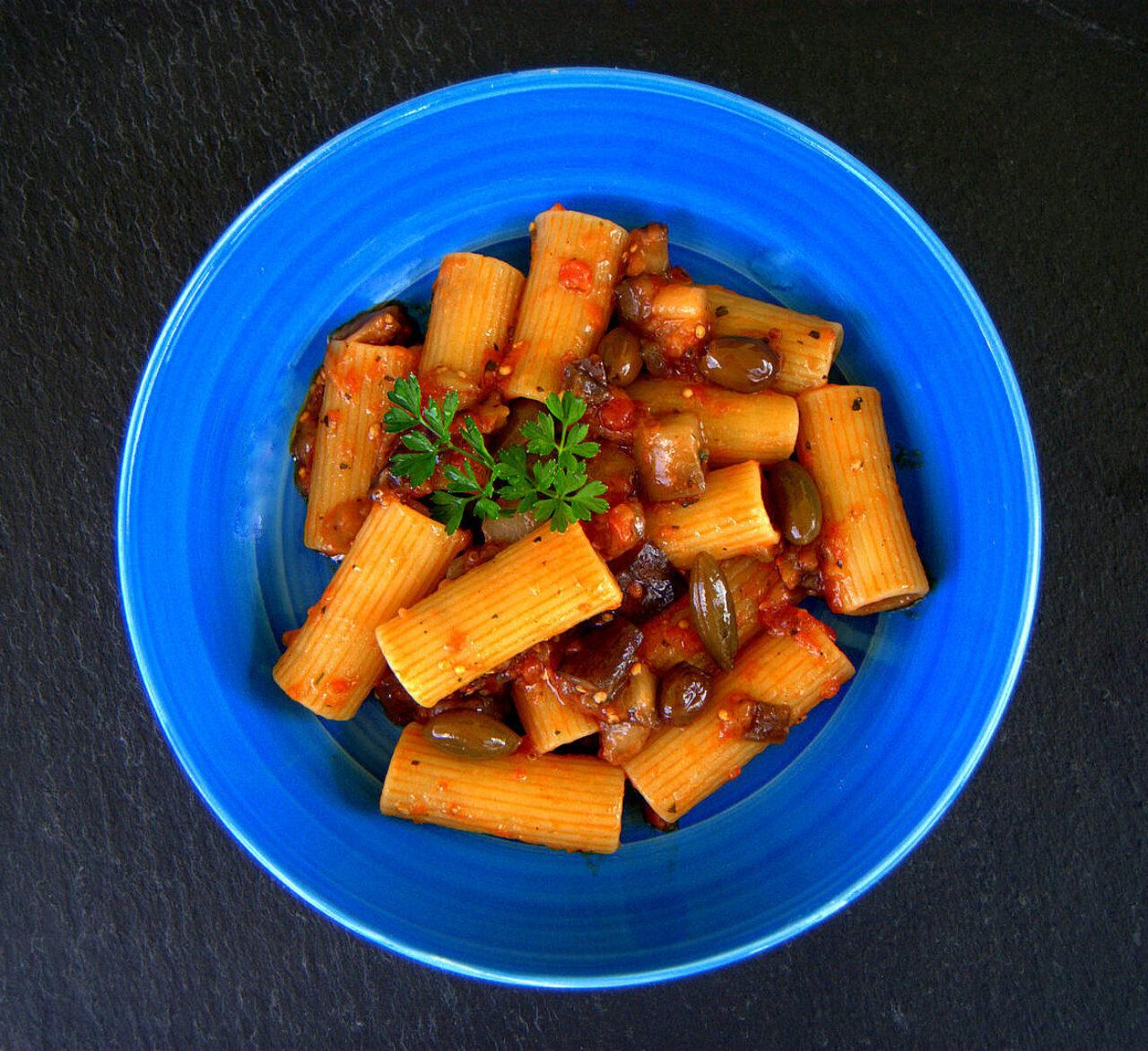 Rigatoni con spaccatella di pomodoro, melanzane e cucunci