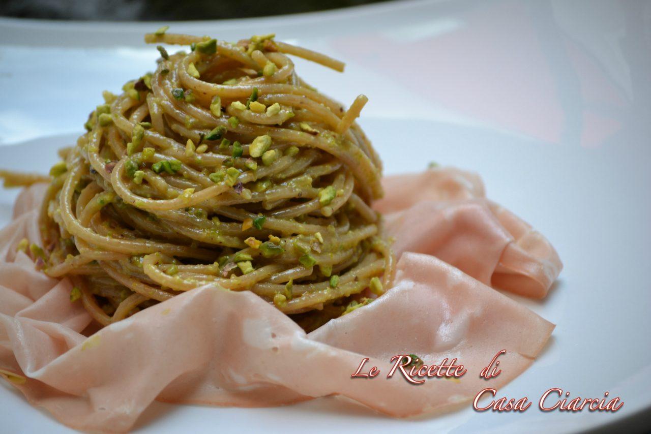Spaghetti integrali con pesto di pistacchi e mortadella