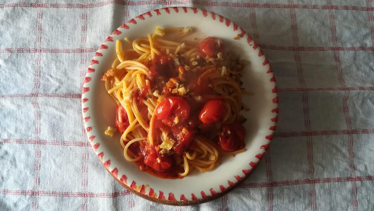 Spaghetto alla chitarra con pomodorino crovarese e briciole di pane tostate alla colatura di alici di Cetara