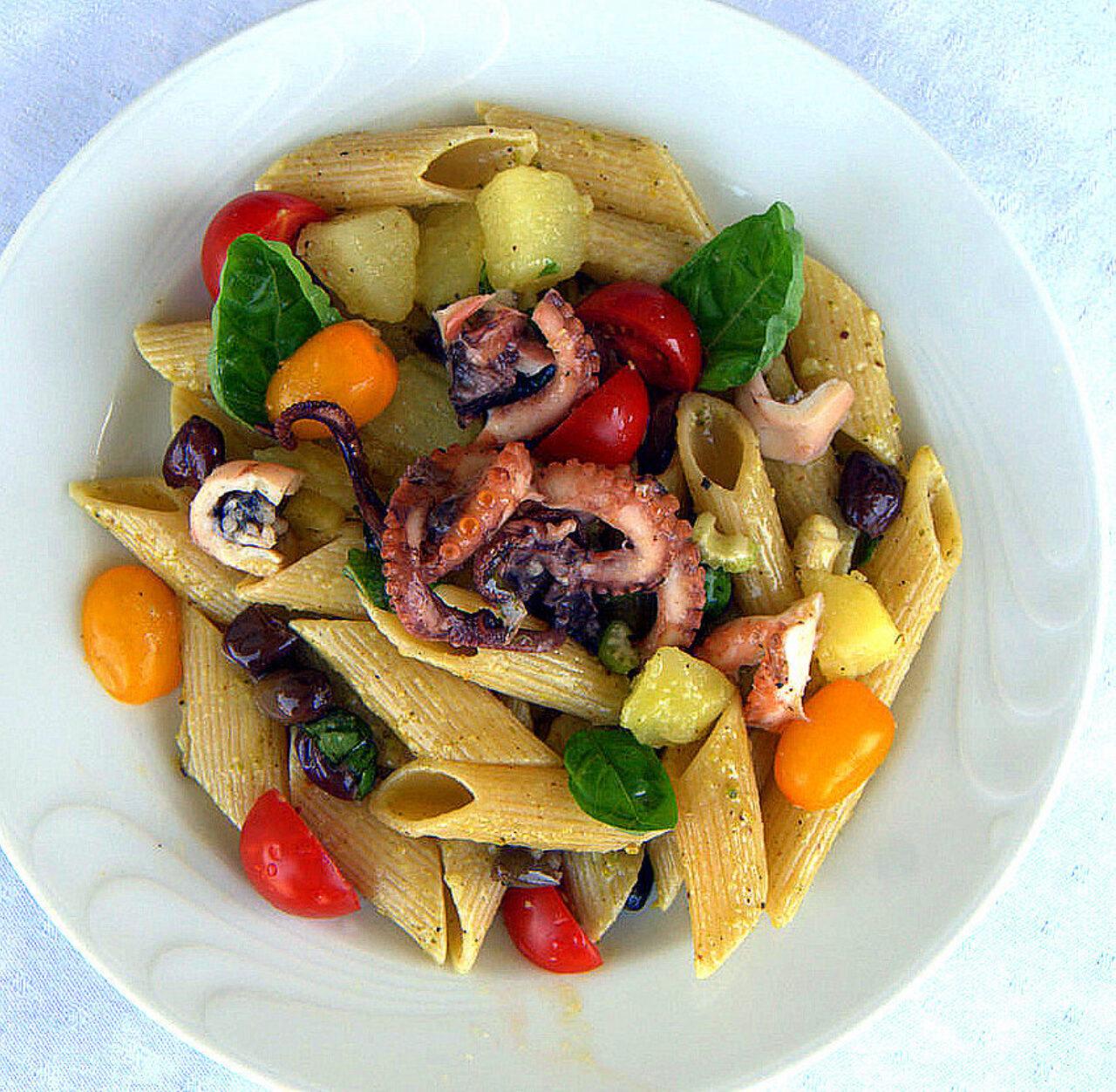 Insalata tiepida di pasta con moscardini, patate e pomodorini