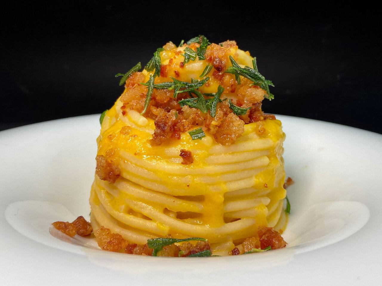 Spaghettone con crema di zucca, polvere di guanciale e rosmarino croccante