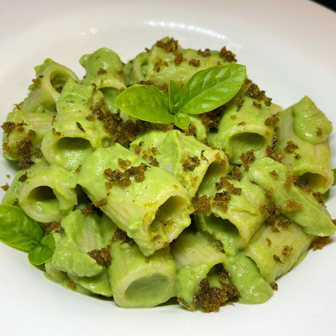 Mezza Manica con crema di broccoli, alici e crumble di pane al basilico
