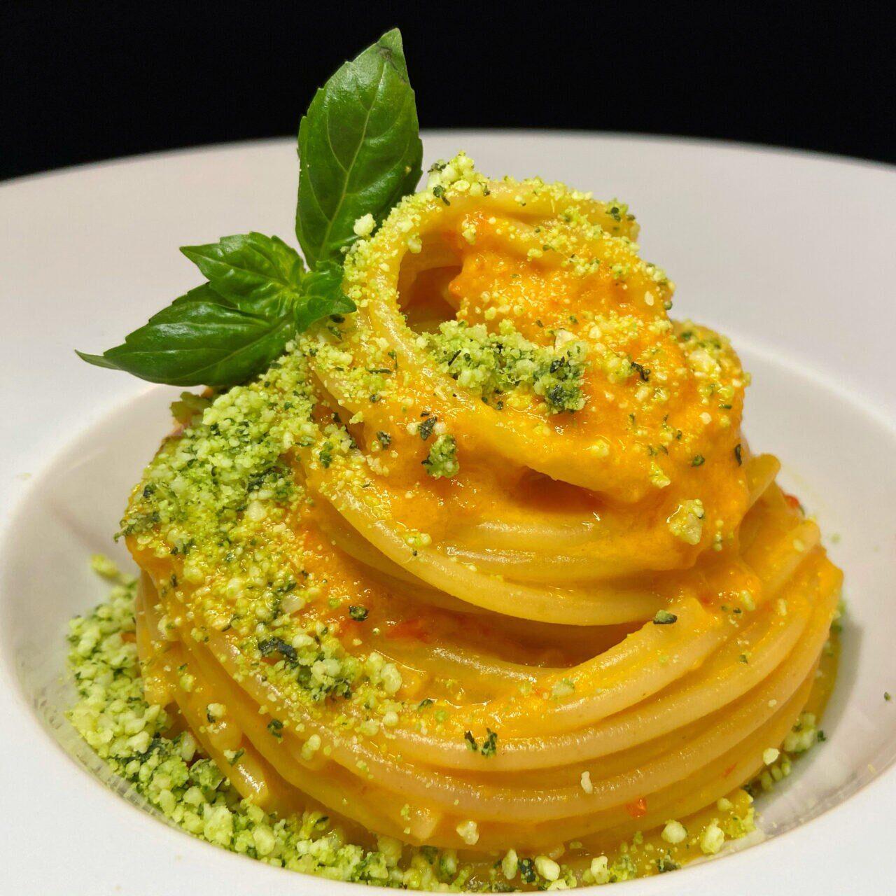 Spaghetti con crema di peperoni e pecorino sardo aromatizzato al basilico