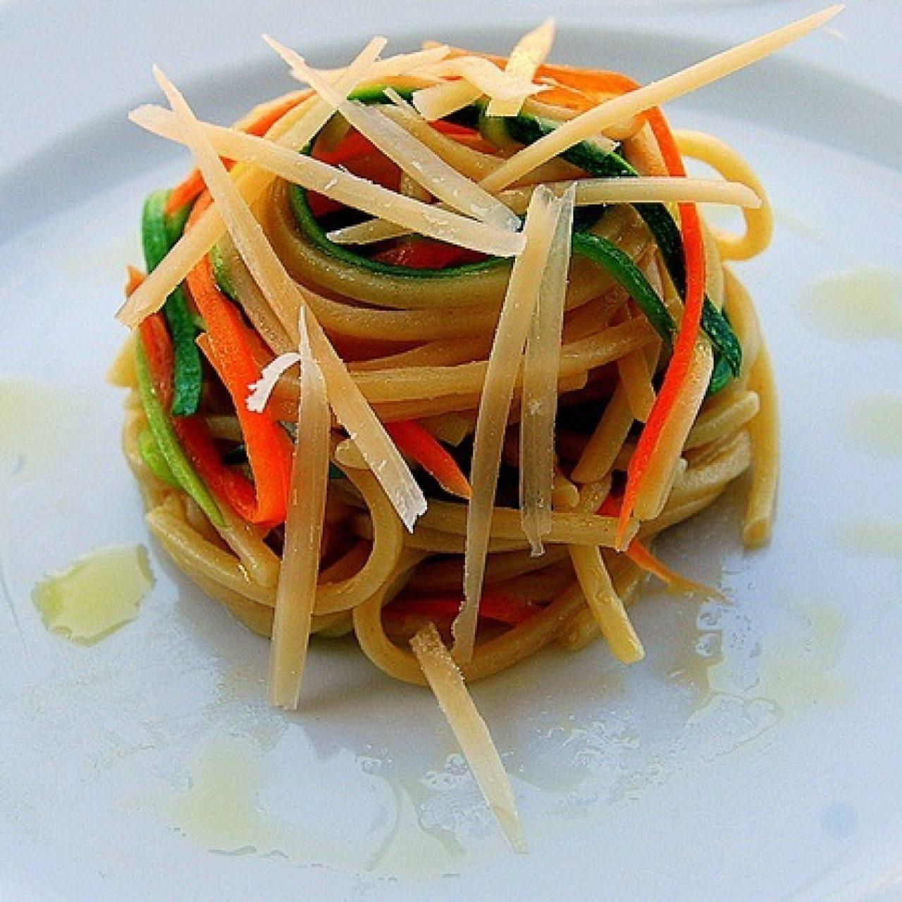 Chitarra con julienne di carote, zucchine e parmigiano