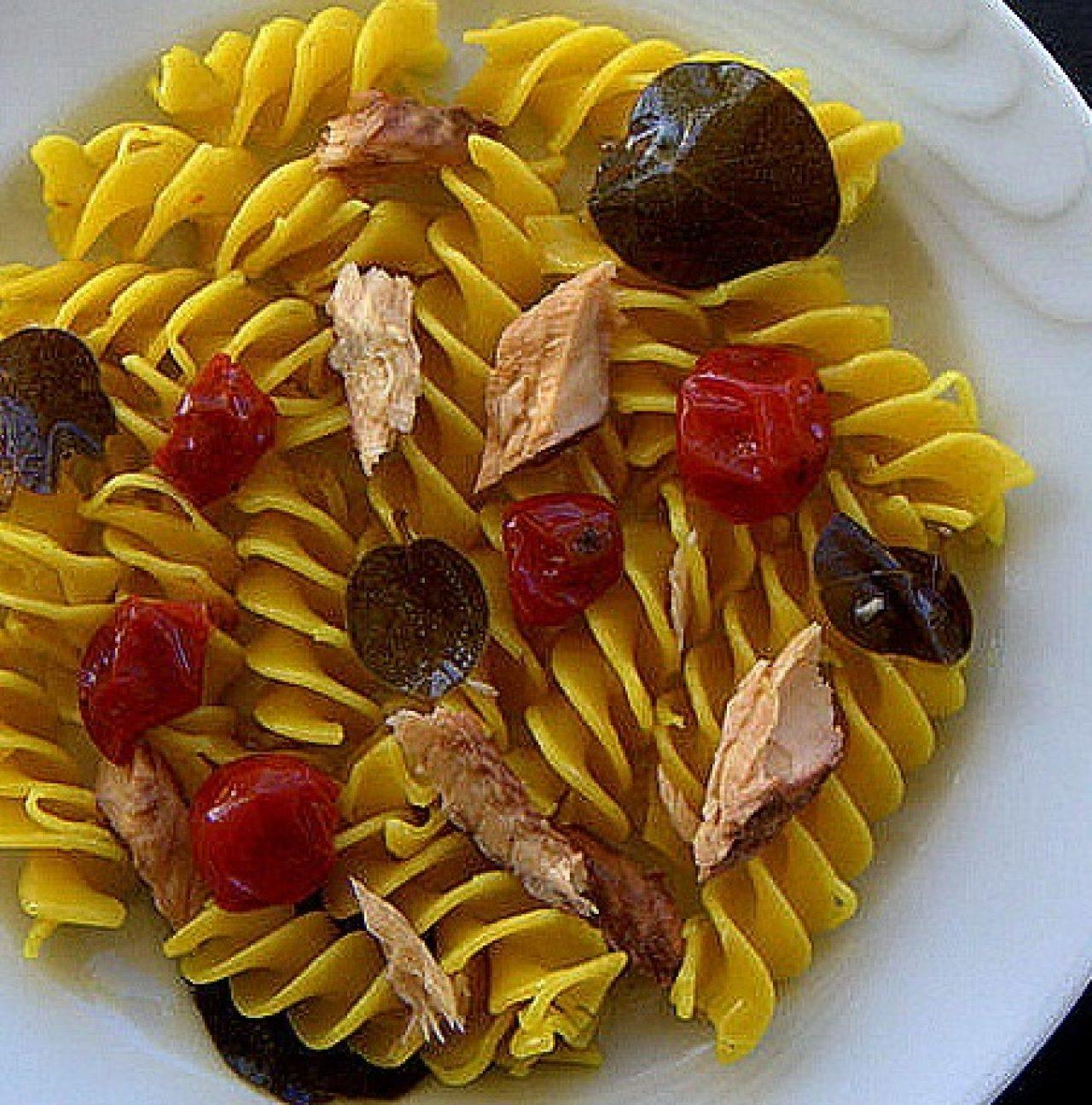 Fusillone giallo con sgombro, pomodorini confit e foglie di cappero in olio di oliva