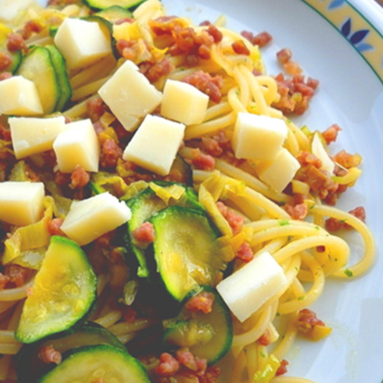 Spaghetti con zucchine e prosciutto crudo