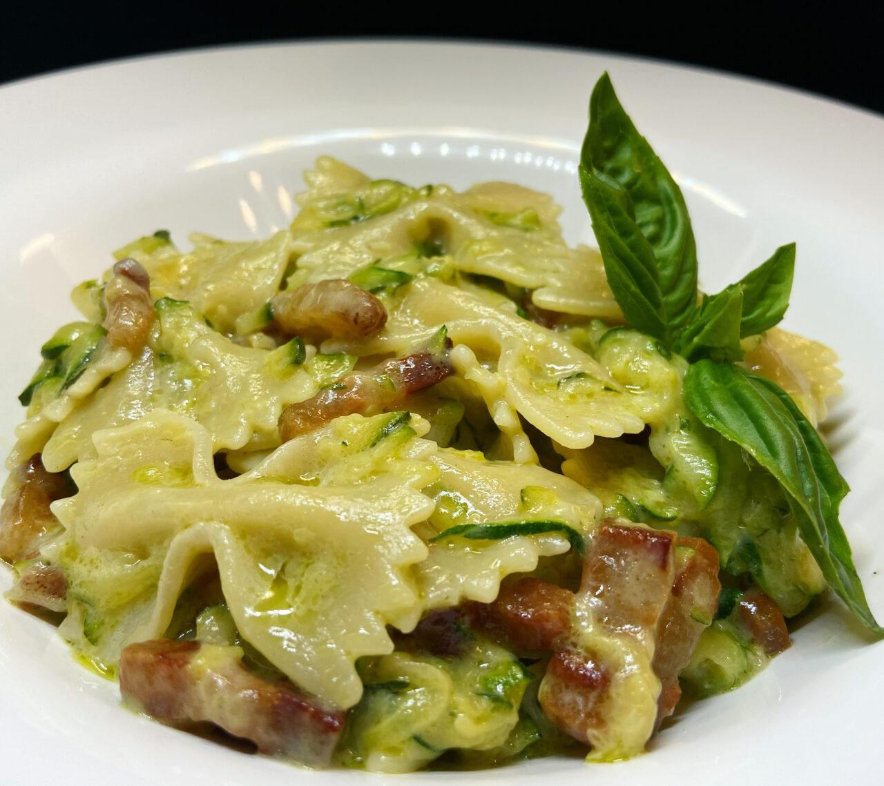 Farfalle Pasta Armando con zucchine, robiola e pancetta