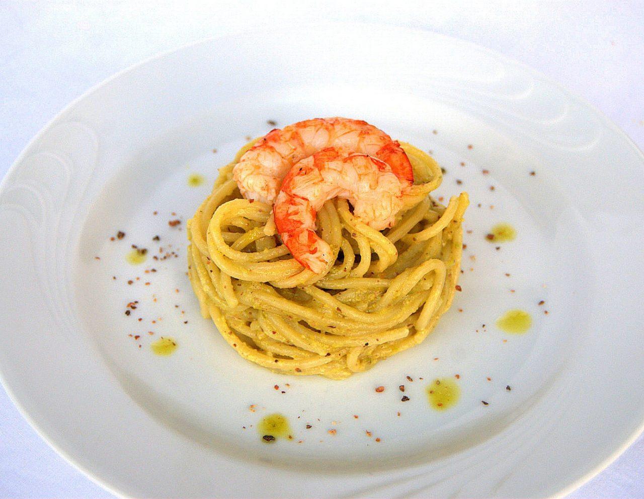 Spaghetti al pesto di pistacchi con gamberi e granella di cucunci