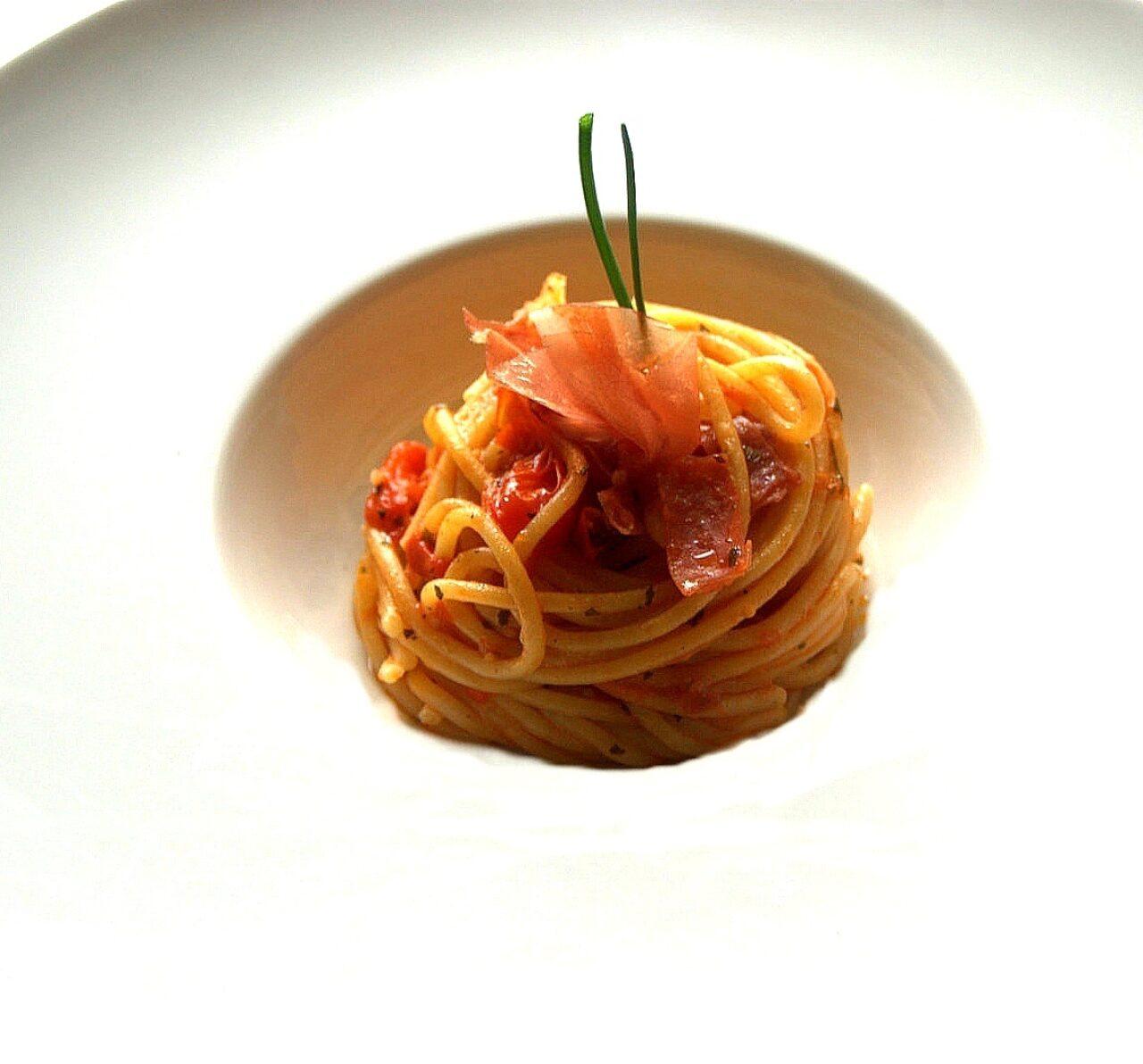 Lo spaghetto con fiocco di prosciutto e pomodori datterini
