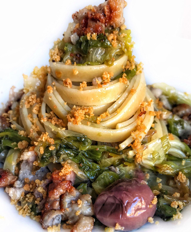 Fettuccia con scarola, salsiccia, olive nere e muddica atturrata
