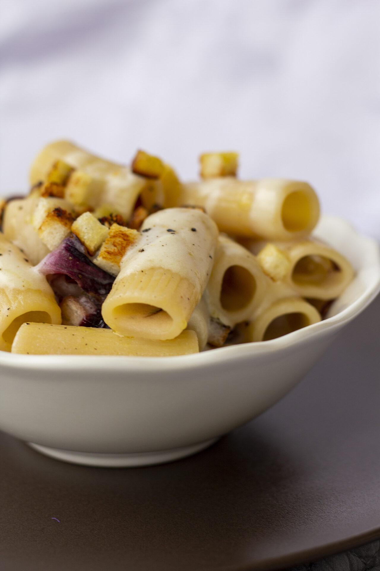Rigatoni con fonduta di crescenza al liquore di pistacchio e radicchio di Verona