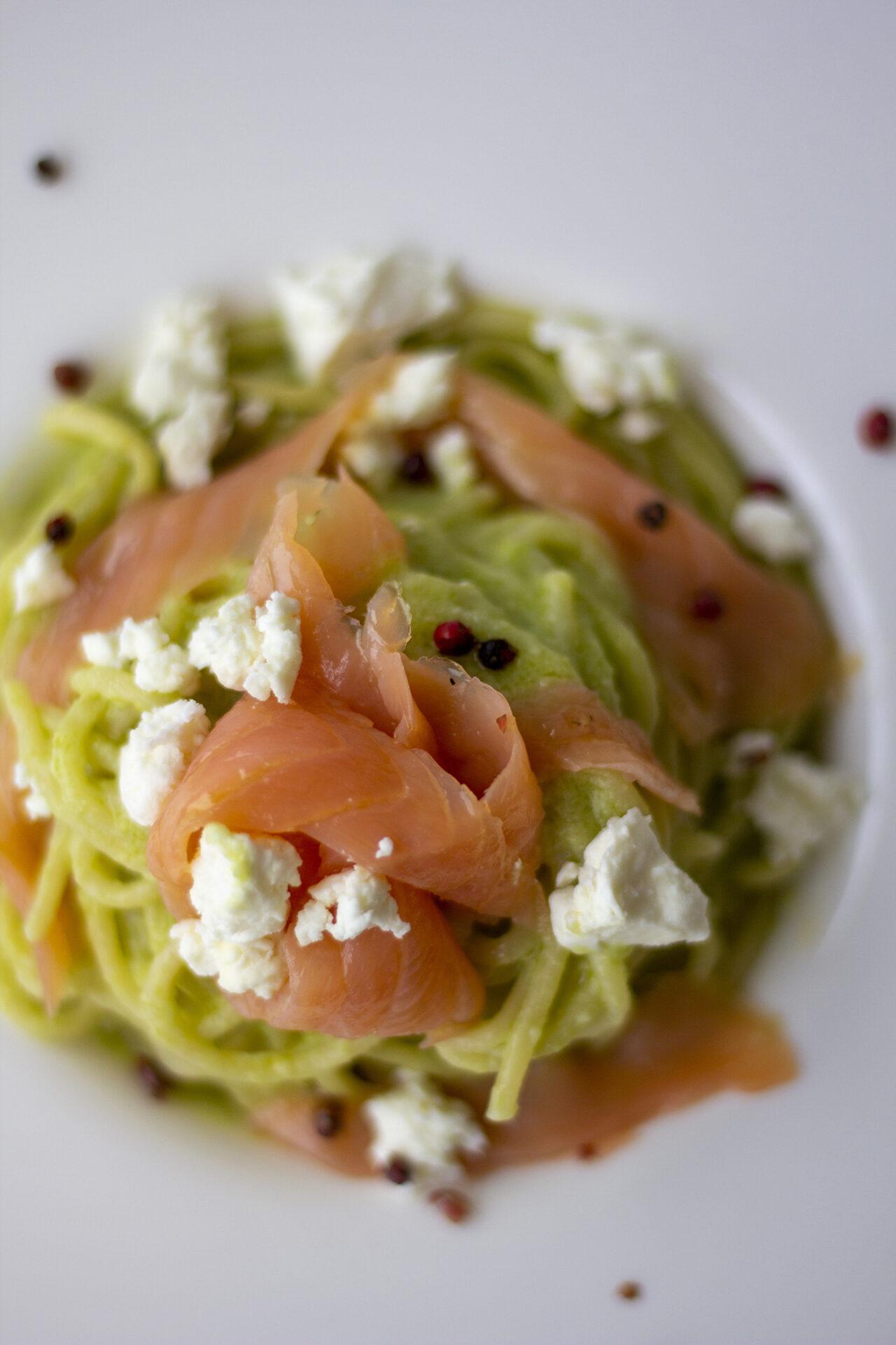 Ricetta Spaghetti pasta armando pesto di avocado feta e salmone kucina di kiara2