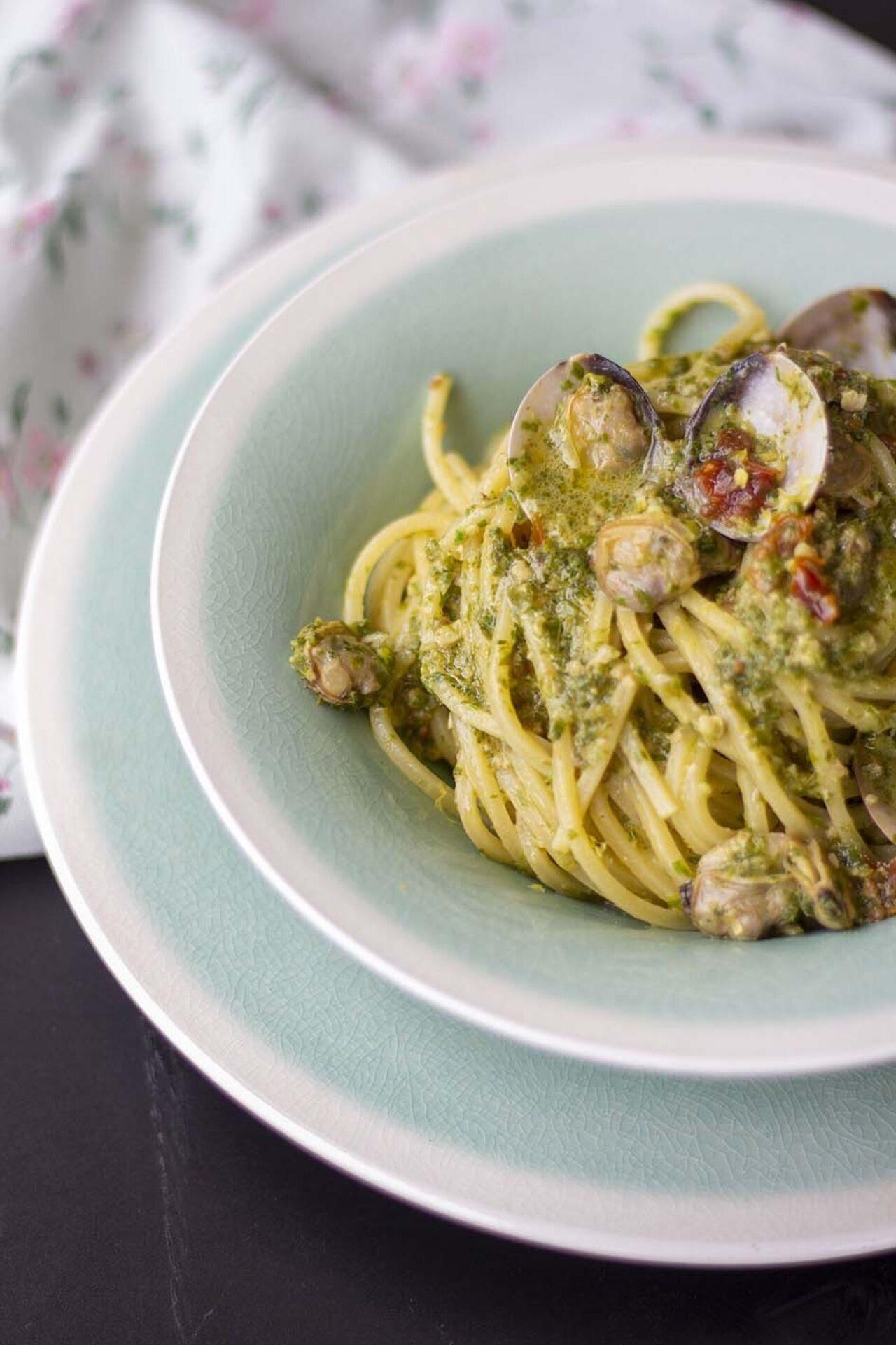 Chitarra Pasta Armando con pesto di foglie di sedano e vongole
