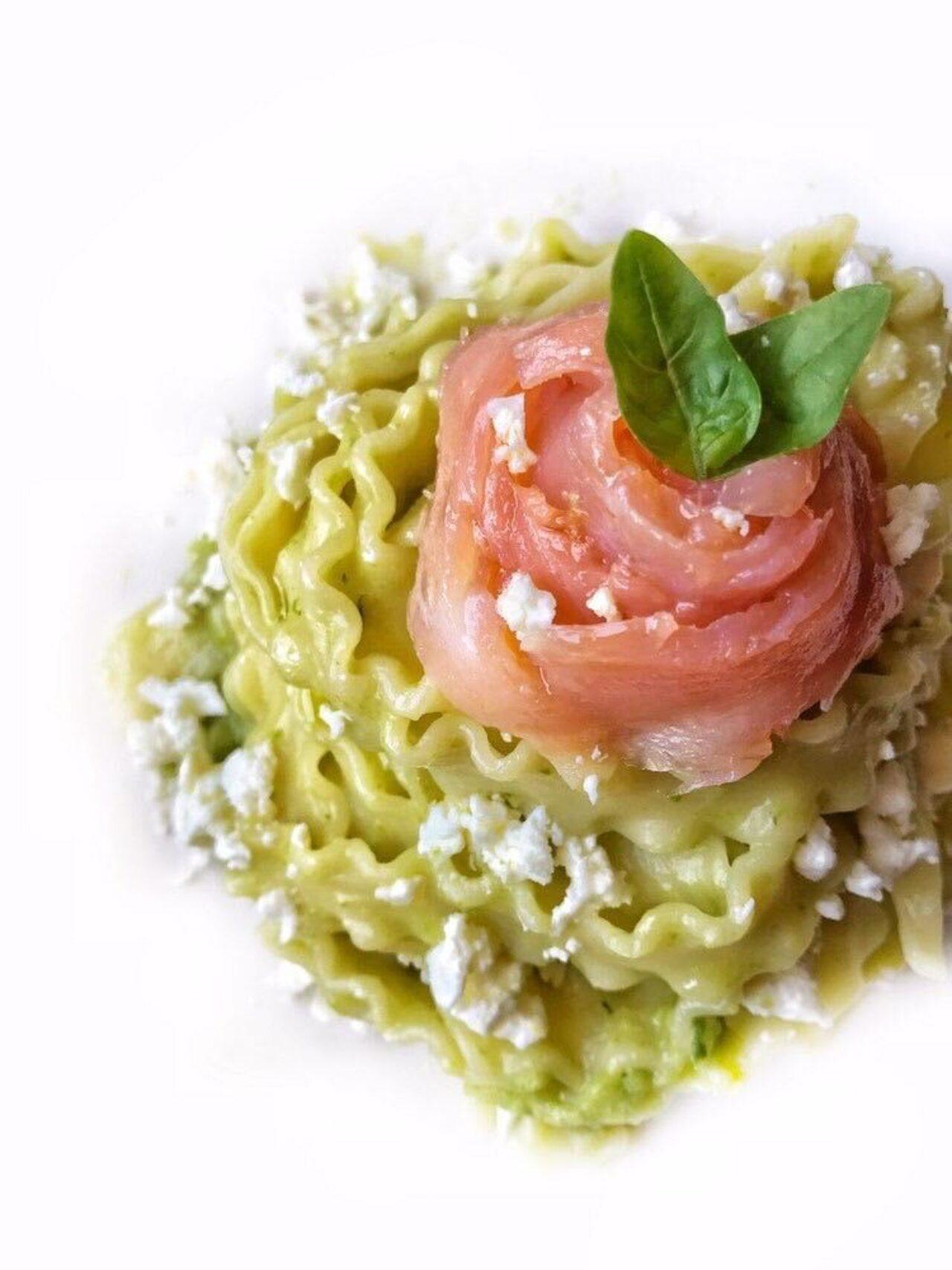 Mafalde con pesto di zucchine, basilico fresco, feta e salmone affumicato