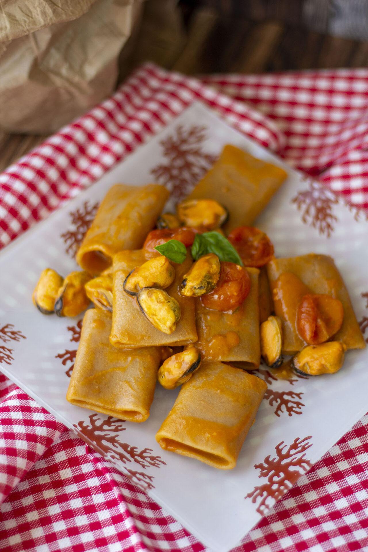 Paccheri integrali con sugo di verdure e cozze