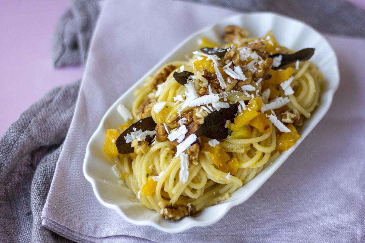 Spaghetti con ragù bianco di zucca, noci e salvia fritta