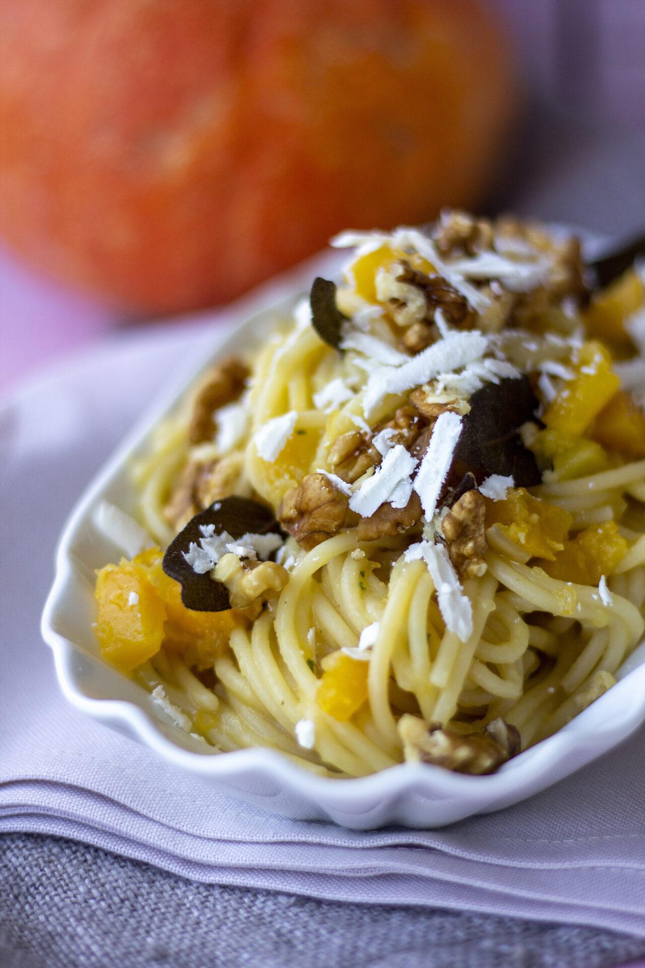 Ricetta pasta armando Spaghetti con ragù bianco di zucca noci e salvia fritta2