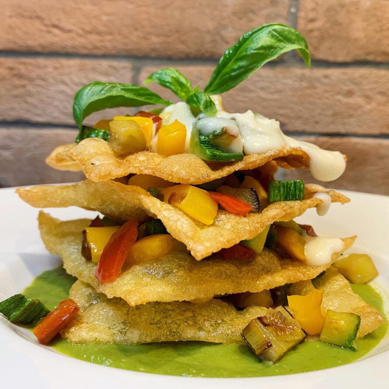 Millefoglie di Lasagna fritta con verdurine croccanti e fonduta di gorgonzola
