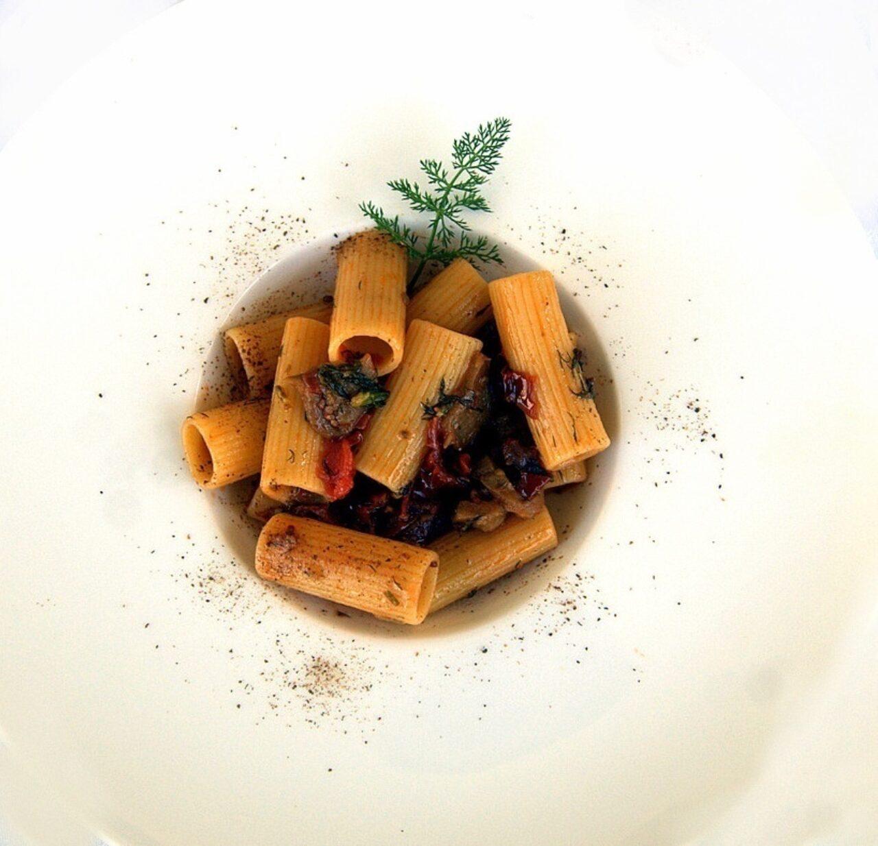 Rigatone Pasta Armando con finocchietto, melanzane sott'olio, pomodori secchi e polvere di capperi