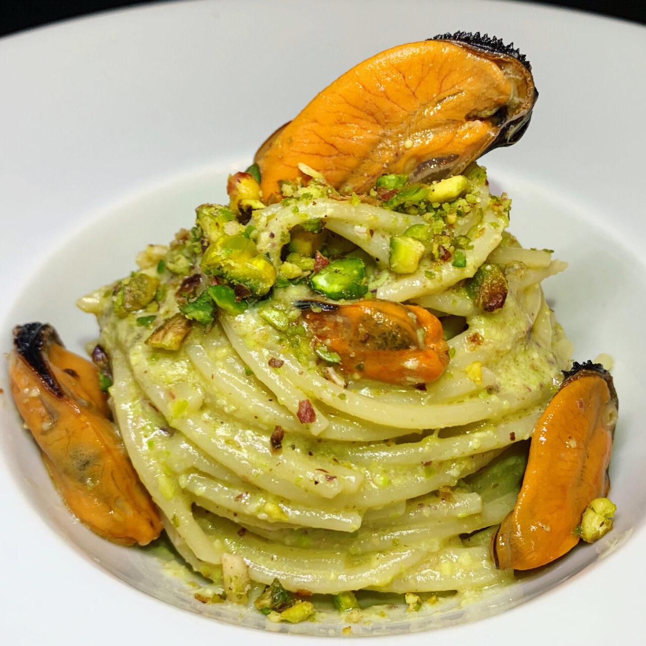 Spaghetti con cozze e pesto di pistacchio