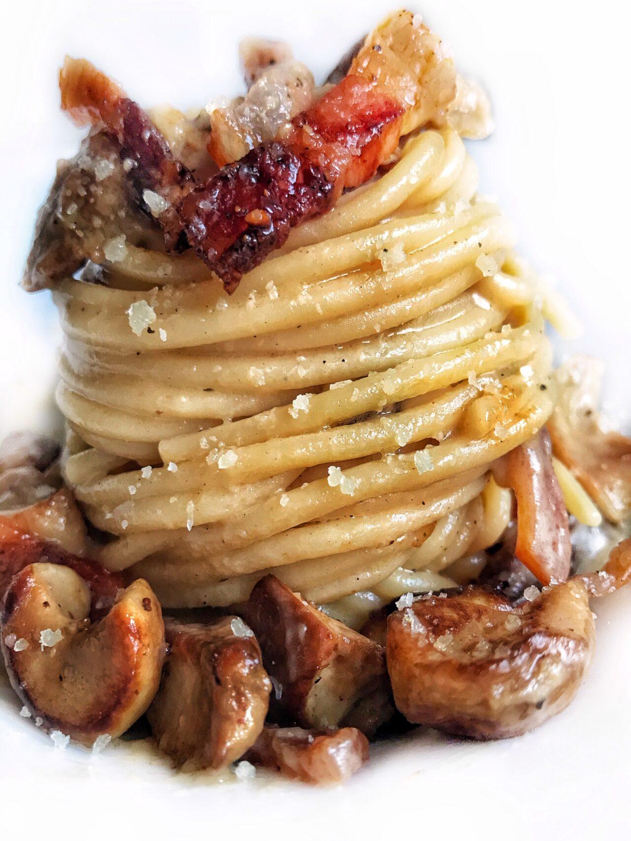 Spaghetti con funghi porcini, crema di pecorino, pepe nero e guanciale croccante
