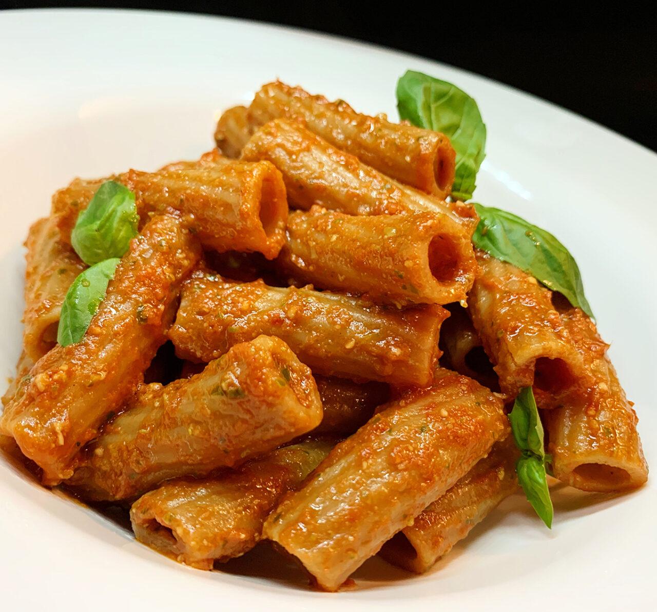 Tortiglioni integrali Bio Pasta Armando con pesto di pomodorini, mandorle e basilico