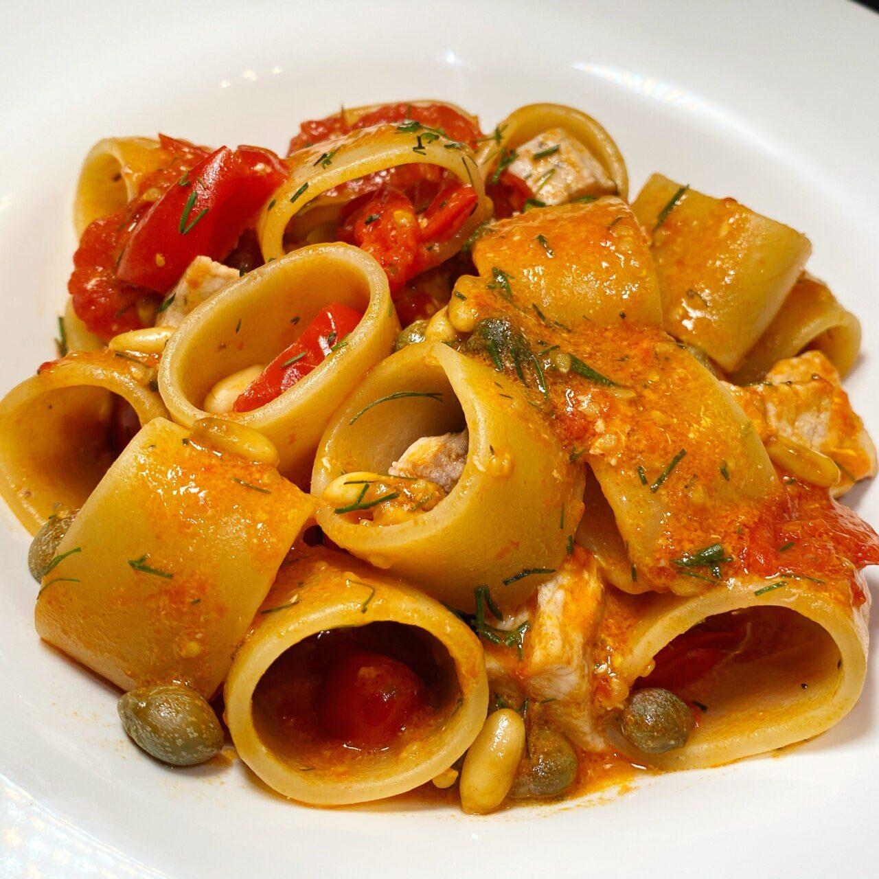 Anello Pasta Armando con pesce spada, datterini, capperi, pinoli e finocchietto