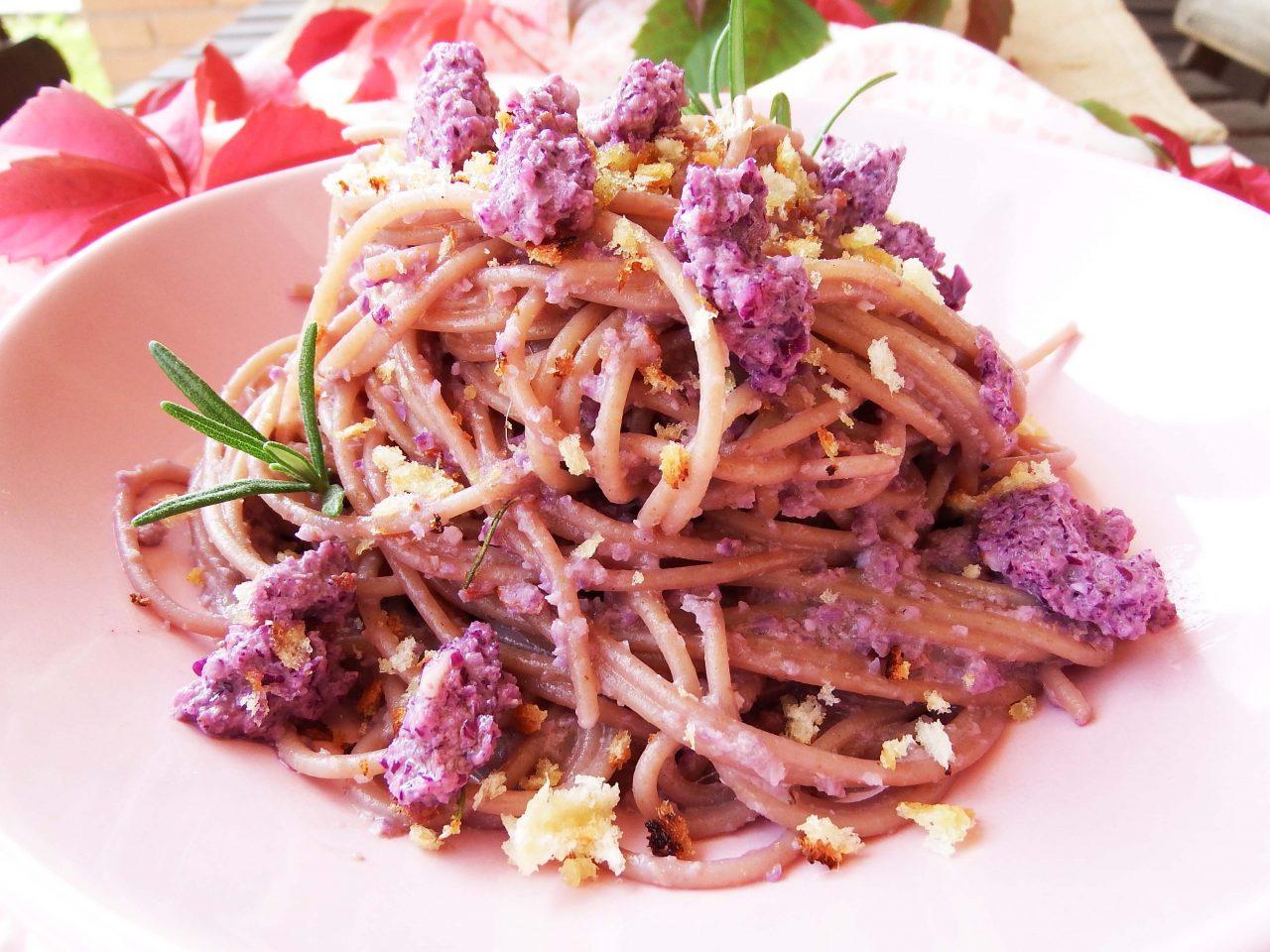 Spaghetti integrali con pesto di cavolo rosso e briciole croccanti al rosmarino