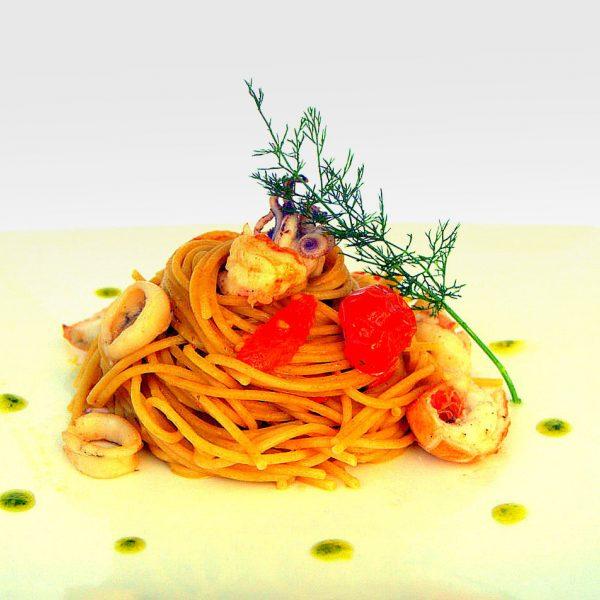 Spaghetti di farro con calamari, mazzancolle e datterini