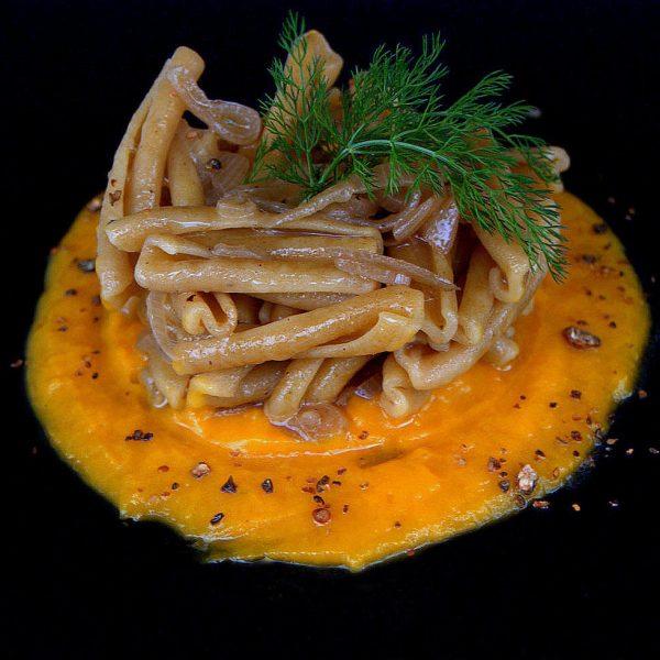 Treccia di farro integrale in salsa veneta con crema di zucca e granella di cucunci