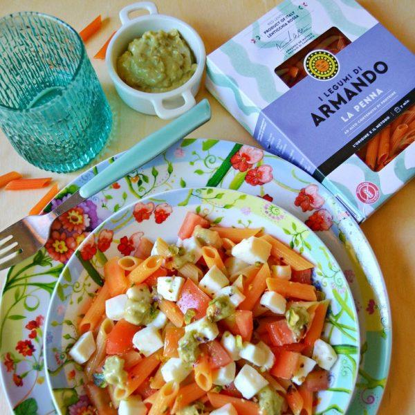 Penna di lenticchie rosse all'insalata caprese e pesto di pistacchio