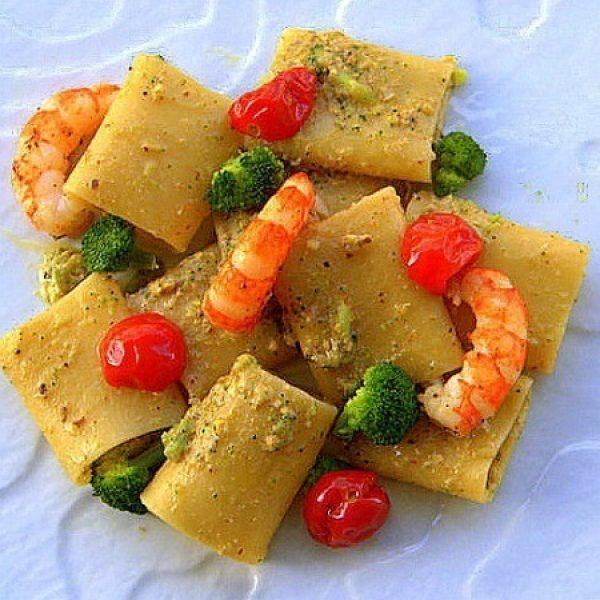 Pacchero con bisque leggera. gamberoni, pesto di pistacchi e broccoli