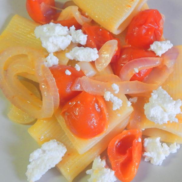 Schiaffoni con cipolla, pomodorini e ricotta
