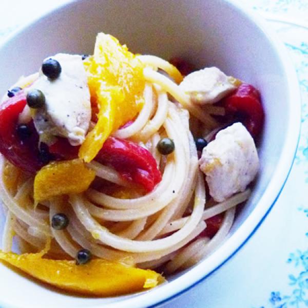 Spaghetti con mango, pollo e peperoni arrostiti