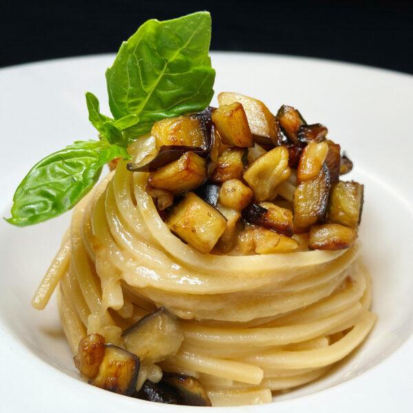 Chitarra Pasta Armando con melanzane, basilico e Provolone del Monaco