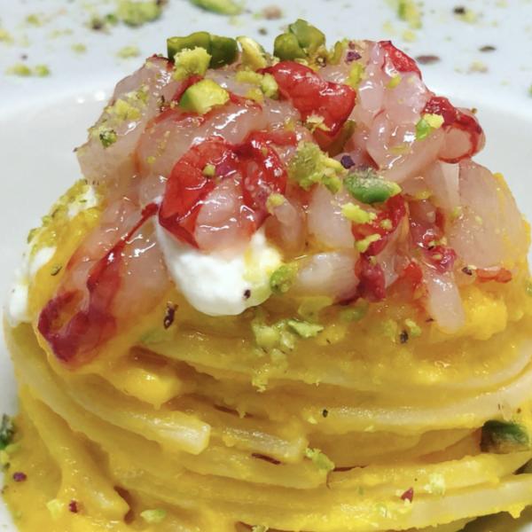 Chitarra Pasta Armando con gamberoni, gocce di burrata, datterini gialli e crumble di pistacchi