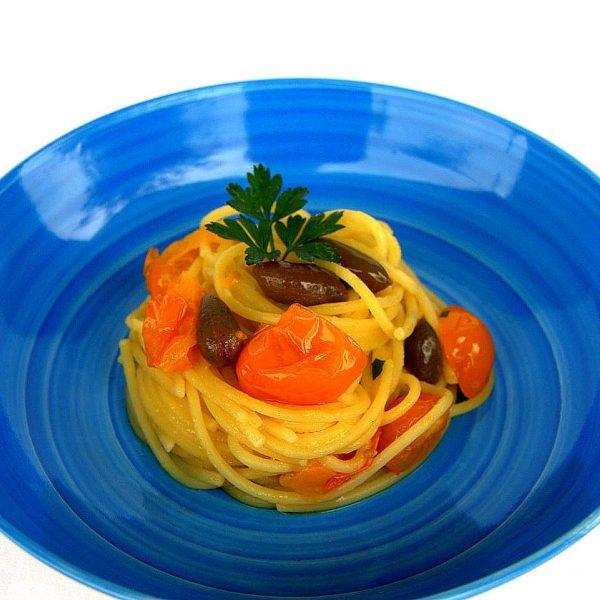 Spaghetti con datterini gialli, colatura di alici e cucunci di Pantelleria