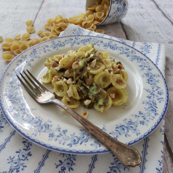 Orecchiette con carciofi, pancetta e mandorle