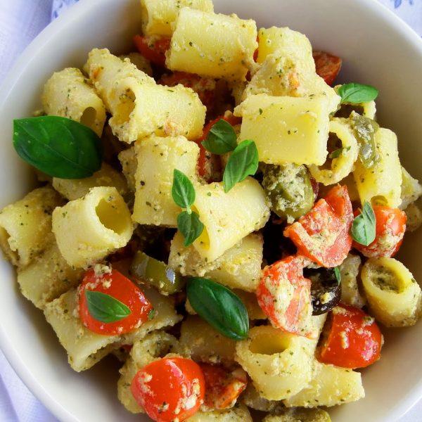 Insalata di pasta con salsa di uova sode e basilico