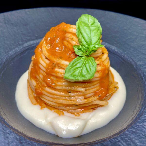 Spaghetti con Datterini Armando, basilico e fonduta di Parmigiano